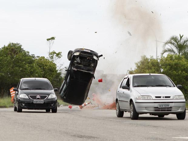 Carro capota na estrada, após susto com a cobra (Foto: Fina Estampa/TV Globo)