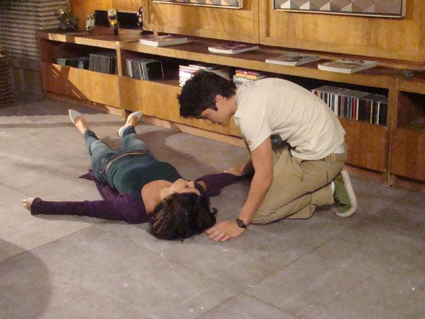 Fábio fica desesperado ao ver a mãe desmaiada (Foto: Fina Estampa/TV Globo)