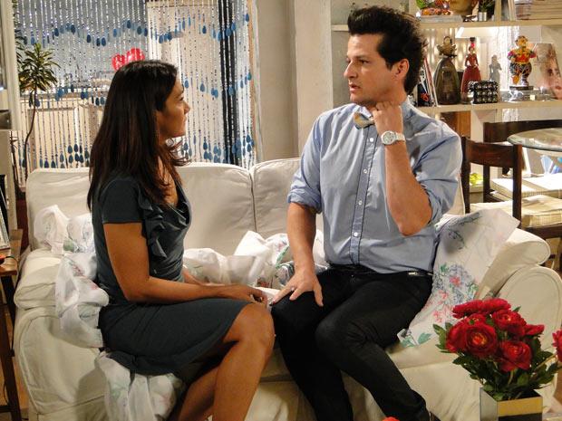 Crô conta para Celeste sobre seu relacionamento com Fred (Foto: Fina Estampa/TV Globo)