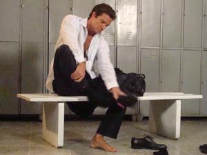 Ferdinand tira o sapato (Foto: Fina Estampa/TV Globo)