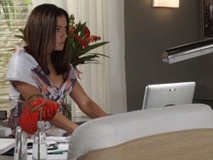 Glória entra no computador da chefe (Foto: Fina Estampa/TV Globo)