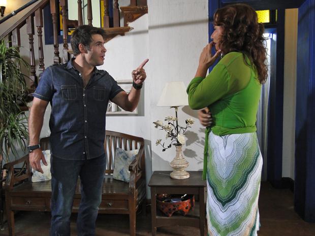 Sebastião fica indigando ao saber que Amália sempre soube quem era seu pai (Foto: Aquele Beijo/TV Globo)