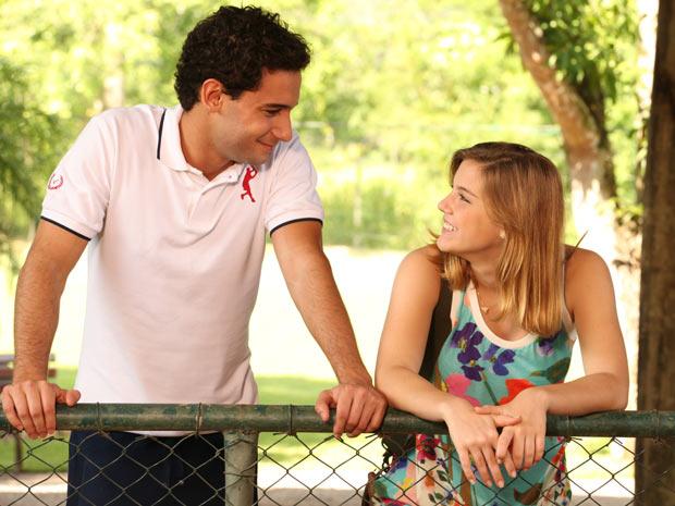 Miguel fica feliz em ver a namorada animada de novo (Foto: A Vida da Gente / TV Globo)
