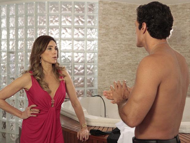 Mais uma vez, a perua se encontra com Ferdinand na sauna de sua mansão (Foto: Fina Estampa/TV Globo)