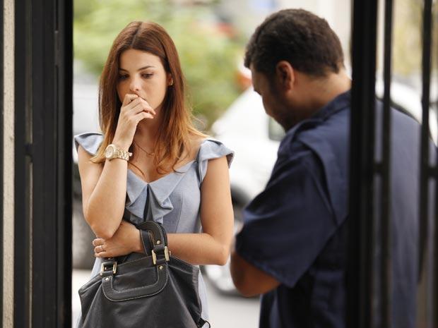 Alice fica chocada ao saber que o pai sumiu (Foto: A Vida da Gente / TV Globo)