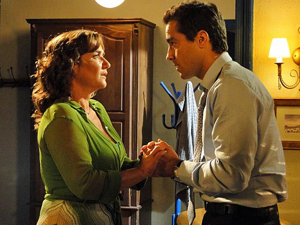 Vicente desabafa com Amália (Foto: Aquele Beijo/TV Globo)