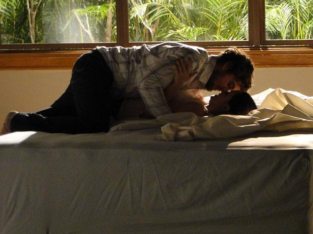 Ana e Rodrigo namoram pela primeira vez na cama nova (Foto: A Vida da Gente - TV Globo)