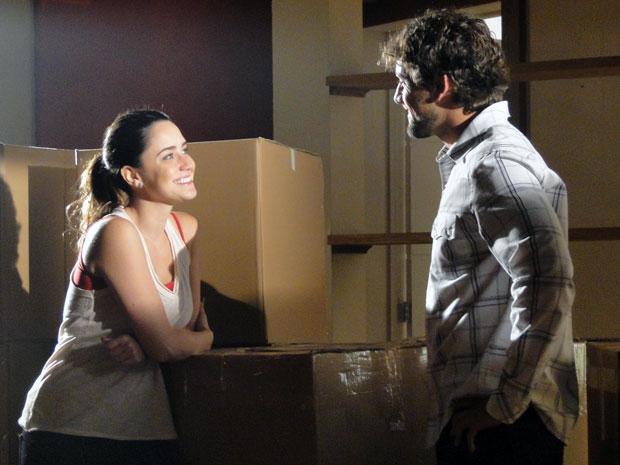 Rodrigo e Ana comemoram o fim da mudança (Foto: A Vida da Gente - TV Globo)