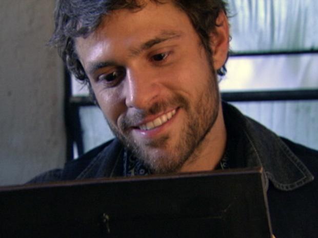 Moisés fala sozinho olhando obcecado para retrato de Alexia (Foto: Malhação / TV Globo)
