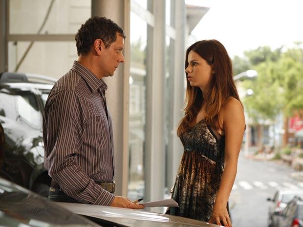 Alice não acredita que Cícero aceitou o pedido de Renato (Foto: A Vida da Gente / TV Globo)