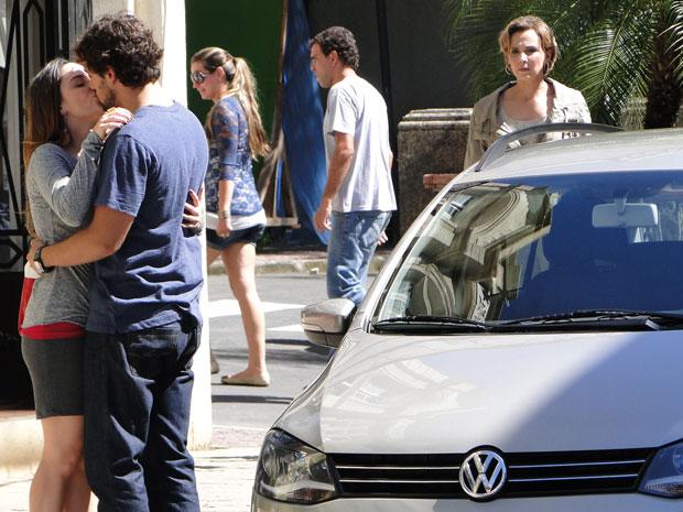 Ana e Rodrigo são surpreeendidos pela chegada de Eva (Foto: A Vida da Gente - TV Globo)
