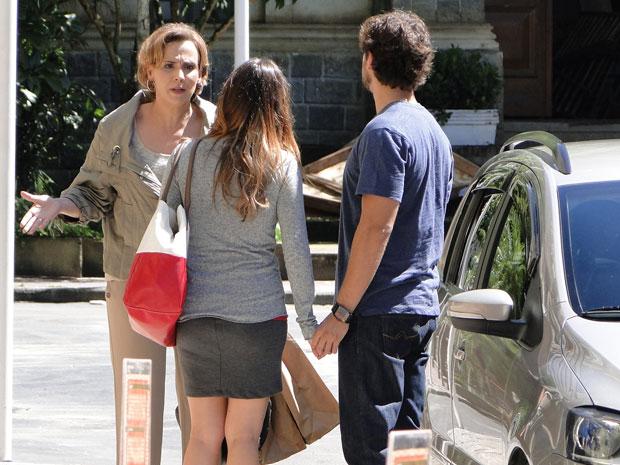 Eva faz escândalo no meio da rua e não se conforma de Ana voltar para Rodrigo (Foto: A Vida da Gente - TV Globo)