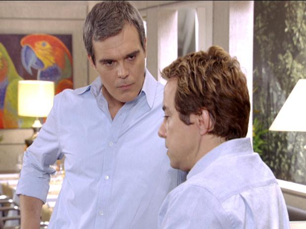 René pressiona o ex-funcionário (Foto: Fina Estampa / TV Globo)