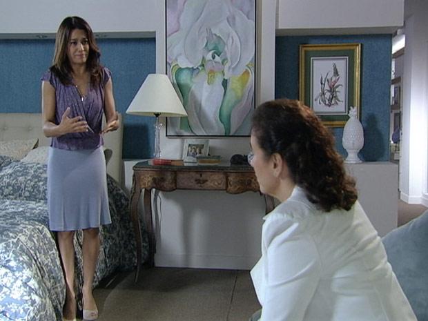 Celeste se explica para a amiga (Foto: Fina Estampa/TV Globo)