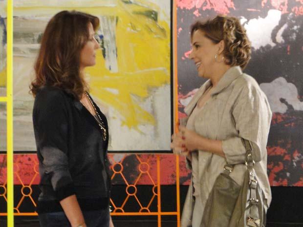 Eva tenta parecer simpática (Foto: A Vida da Gente / TV Globo)