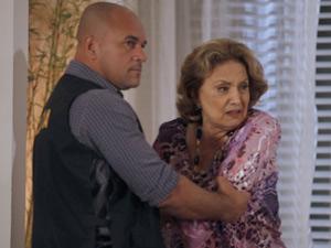 A tia é levada para fora da mansão (Foto: Fina Estampa/TV Globo)