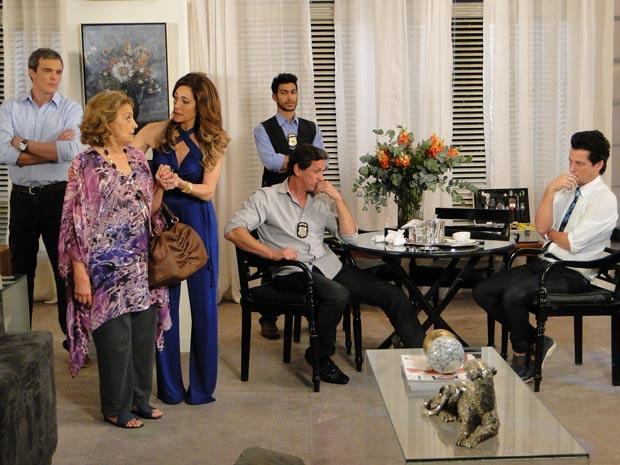 Tereza Cristina impede que Íris fale demais (Foto: Fina Estampa/TV Globo)