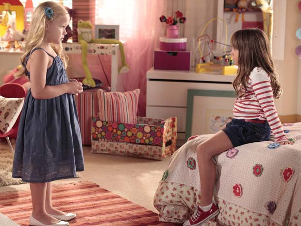 Júlia diz para amiga que Ana não é sua mãe (Foto: A Vida da Gente / TV Globo)