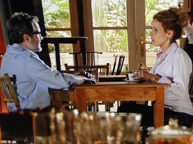 Lourenço conversa com Celina, mas ela se mantém firme (Foto: A Vida da Gente - TV Globo)