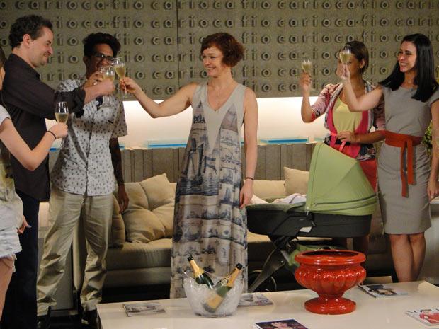 Paulo e Esther brindam a volta à sociedade (Foto: Fina Estampa/TV Globo)