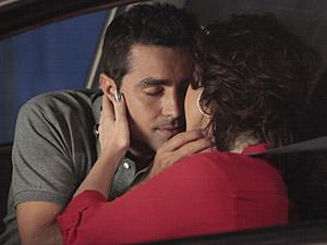 Vicente e Claudia se beijam no carro (Foto: Aquele Beijo/TV Globo)
