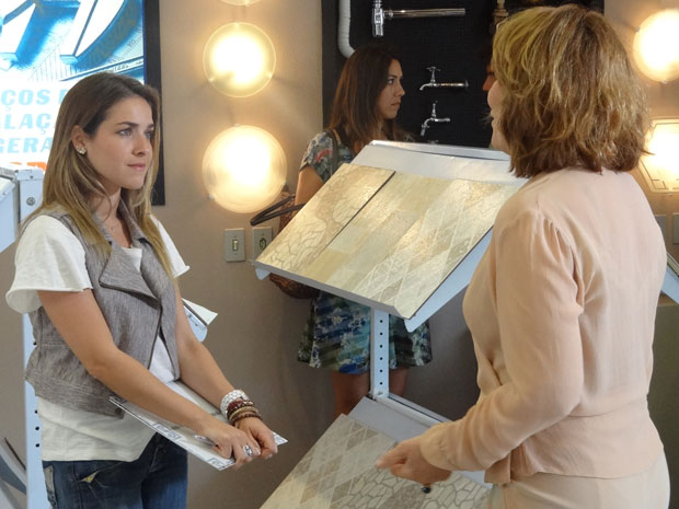 Danielle vai atrás de Bia na loja de Griselda (Foto: Fina Estampa/TV Globo)