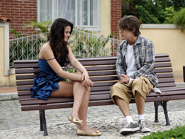 Belezinha e Orlandinho conversam na praça (Foto: Aquele Beijo/TV Globo)