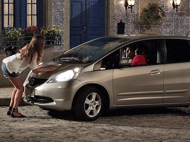 Lucena para na frente do carro de Claudia e Vicente (Foto: Aquele Beijo/TV Globo)