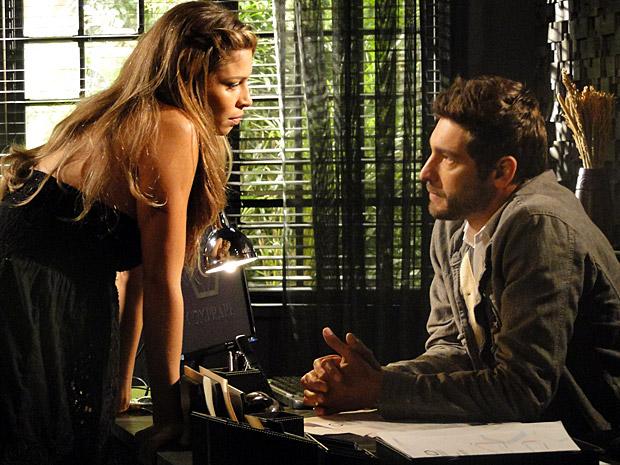 Lucena e Rubinho conversam (Foto: Aquele Beijo/TV Globo)