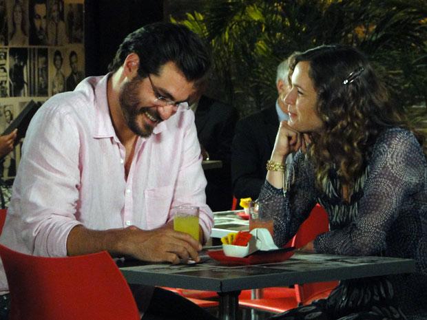 Lúcio leva Laura para um jantar romântico (Foto: A Vida da Gente - Tv Globo)