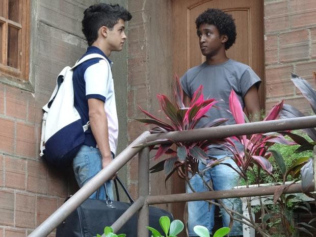 René Jr chega de mala e cuia na casa de Dagmar (Foto: Fina Estampa/TV Globo)