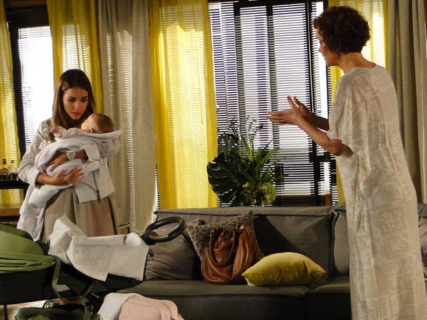 Bia assusta Esther ao pegar Victoria no colo (Foto: Fina Estampa/TV Globo)