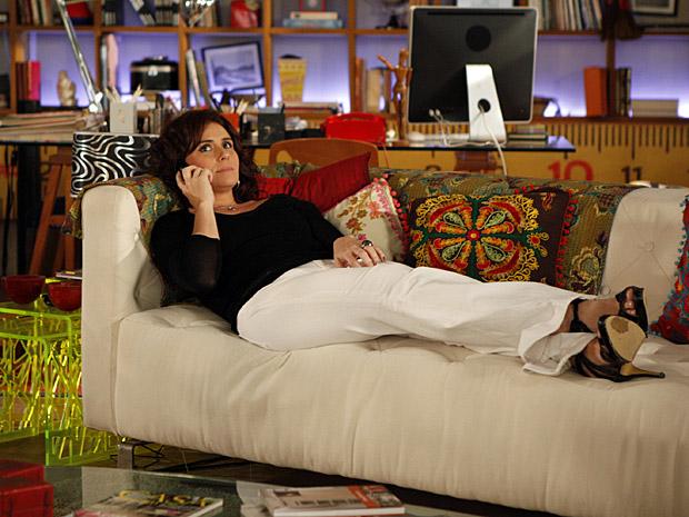 Claudia atende ligação de Vicente (Foto: Aquele Beijo/TV Globo)
