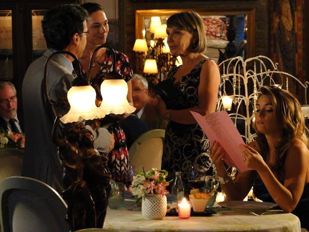 Cris e a secretária de Jonas se conhecem em um jantar  (Foto: A Vida da Gente/TV Globo)