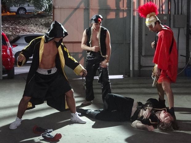 Filipe é covardemente espancado por três pitboys que foram chamados para bater em Gabriel (Foto: Malhação / TV Globo)