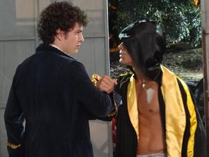 Gabriel encara o agressor e parte pra cima dele (Foto: Malhação / TV Globo)