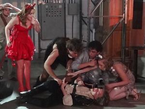 Betão, Babi e Débora chegam e ajudam Filipe (Foto: Malhação / TV Globo)