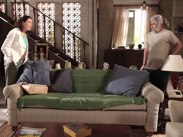 Griselda conta para Pereirinha que Tereza Cristina tentou matar Amália (Foto: Fina Estampa/TV Globo)