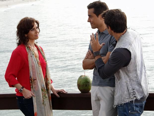 Claudia encontra Vicente e Sebastião na praia (Foto: Aquele Beijo/TV Globo)