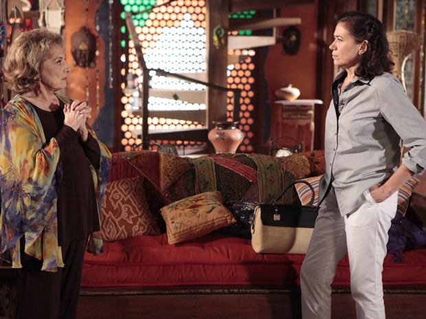 Griselda oferece dinheiro para Tia Íris em troca de segredo (Foto: Fina Estampa/TV Globo)