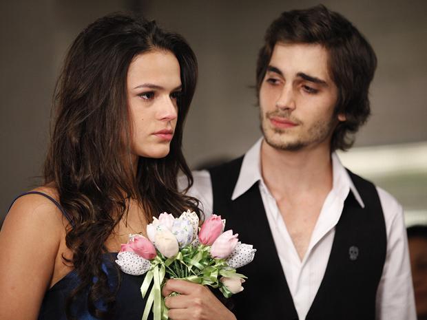 Belezinha chora durante a cerimônia de casamento com Agenor (Foto: Aquele Beijo/TV Globo)