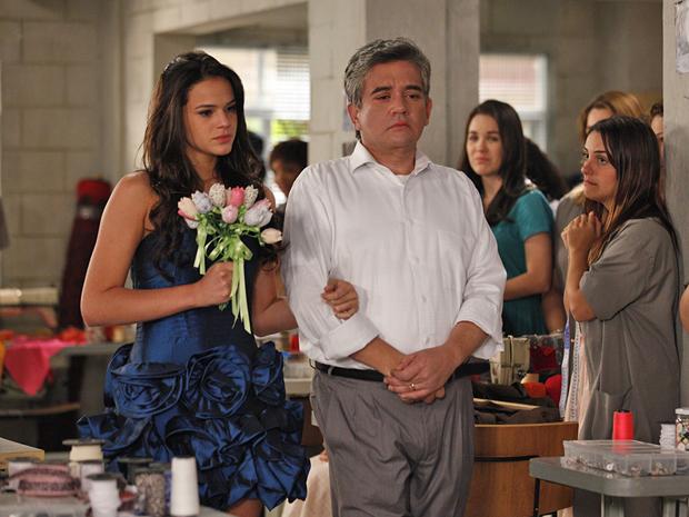 Bob leva Belezinha até Agenor (Foto: Aquele Beijo/TV Globo)