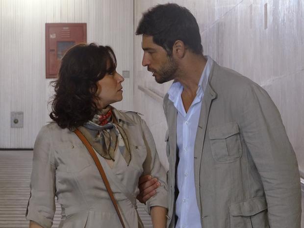 Rubinho não desiste de Claudia, mesmo após assinar o divórcio (Foto: Aquele Beijo/TV Globo)