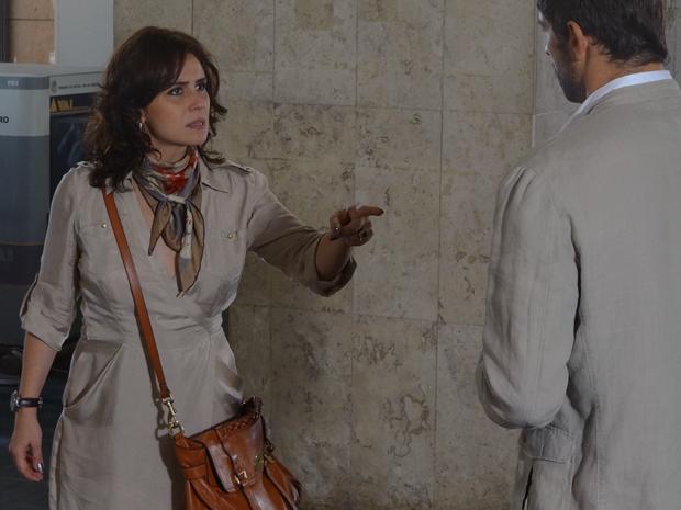 Claudia conta para Rubinho que ele tem um irmão (Foto: Aquele Beijo/TV Globo)