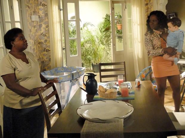 Dalva e Bernadete conversam  (Foto: Aquele Beijo/TV Globo)