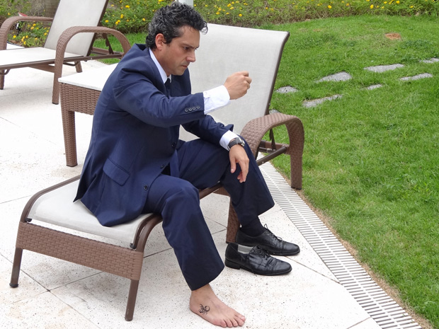 Tatuagem de escorpião não é exclusiva de Fred, Baltazar também revela a imagem no tornozelo (Foto: Fina Estampa/ TV Globo)
