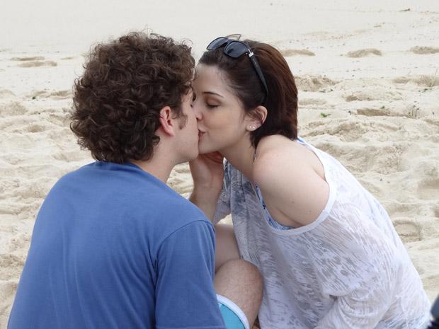 Cristal (Thaís Melchior) encontra Alexia (Bia Arantes) na praia sem saber que ela está com Gabriel (Caio Paduan) (Foto: Malhação / TV Globo)
