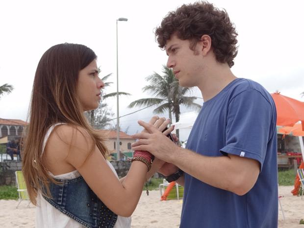 Cristal tenta beijar Gabriel, mas ele se afasta (Foto: Malhação / TV Globo)