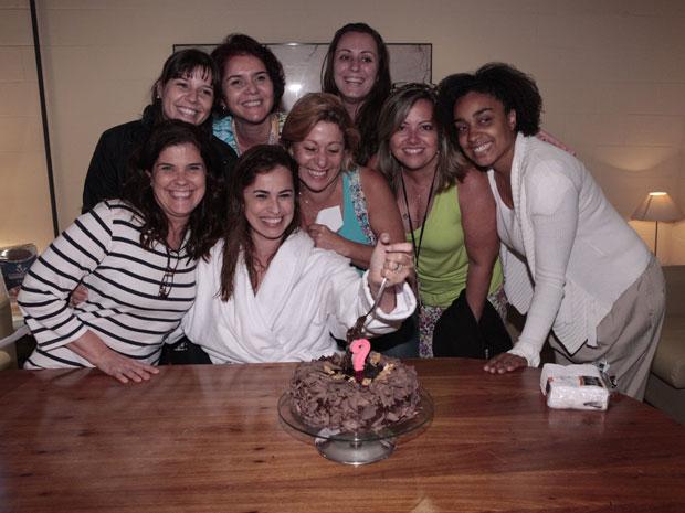 Daniela Escobar ganha festa surpresa durante a gravação de A Vida da Gente (Foto: A Vida da Gente - TV Globo)