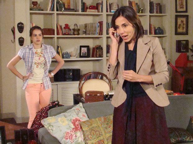 Letícia fica aflita e liga para Fábio, mas não conta o que aconteceu (Foto: Fina Estampa/TV Globo)